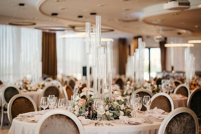 Interiér reštaurácie Zlatého Kľúčika, kde sú nachystané taniere a príbor pre svadobčanov k hostine