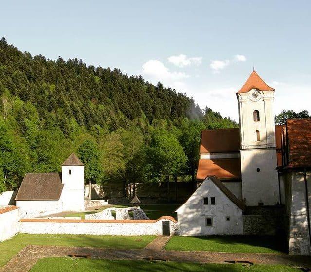 Červený kláštor pod pohorím Tri koruny, kde prebiehajú svadobné obrady a hostiny
