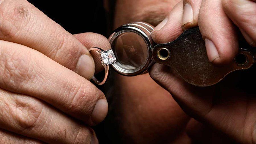 Skúmanie zafarbenia diamantu osadeného v zásnubnom prsteni