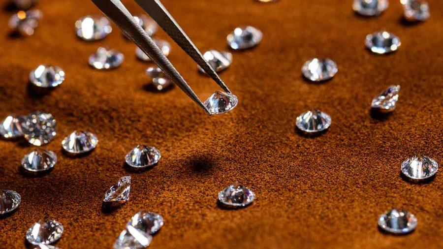 Najznámejšia charakteristická vlastnosť diamantov je karát. Väčšina ľudí si ho však míli s veľkosťou, ale karát odkazuje na hmotnosť diamantu.