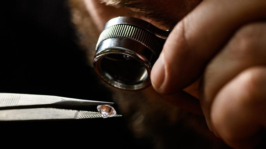 Gemológ kontroluje čistotu diamantov pri 10 násobnom zväčšení