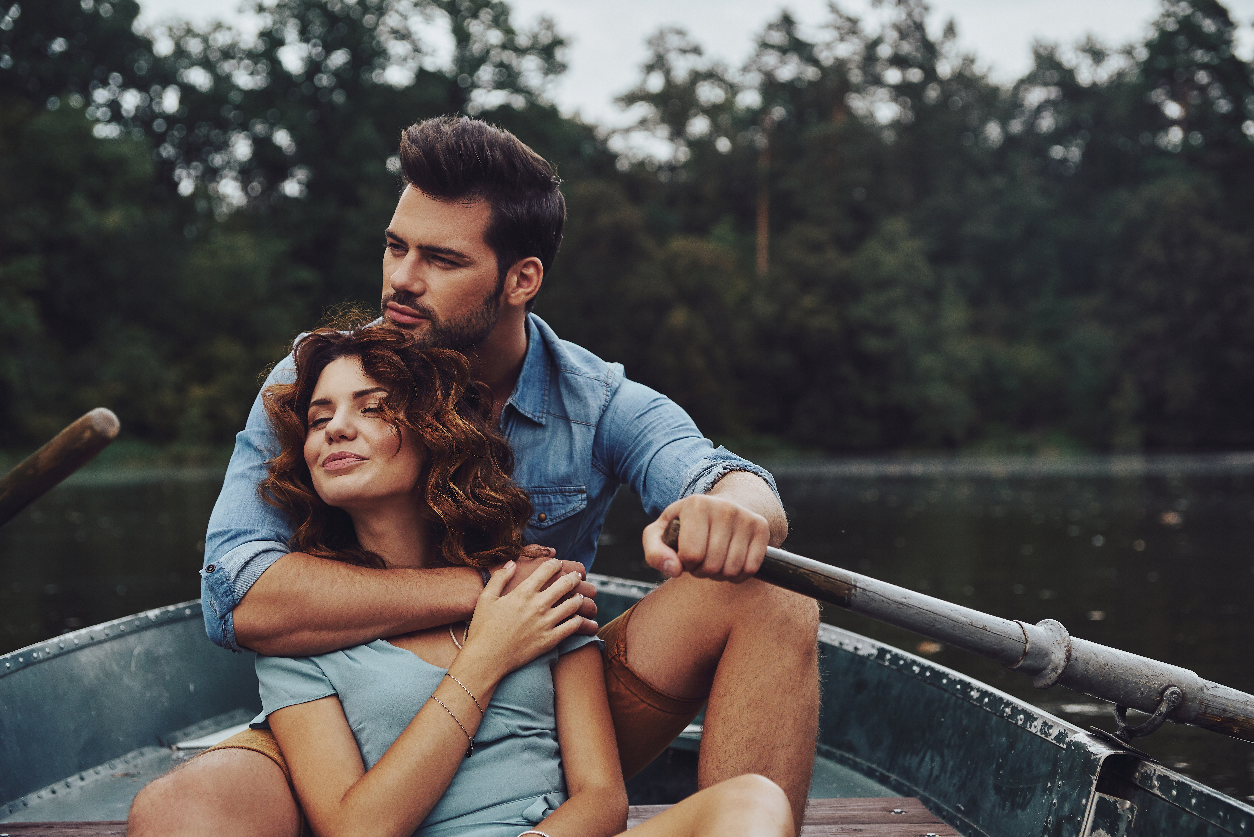 šťastný zamilovaný pár na lodi