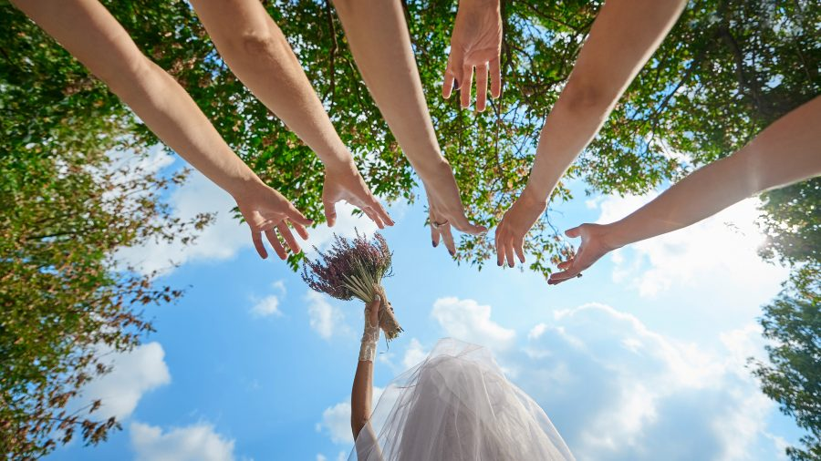 Bride,Throws,The,Bouquet,To,Unmarried,Girls,Wedding,Traditions.