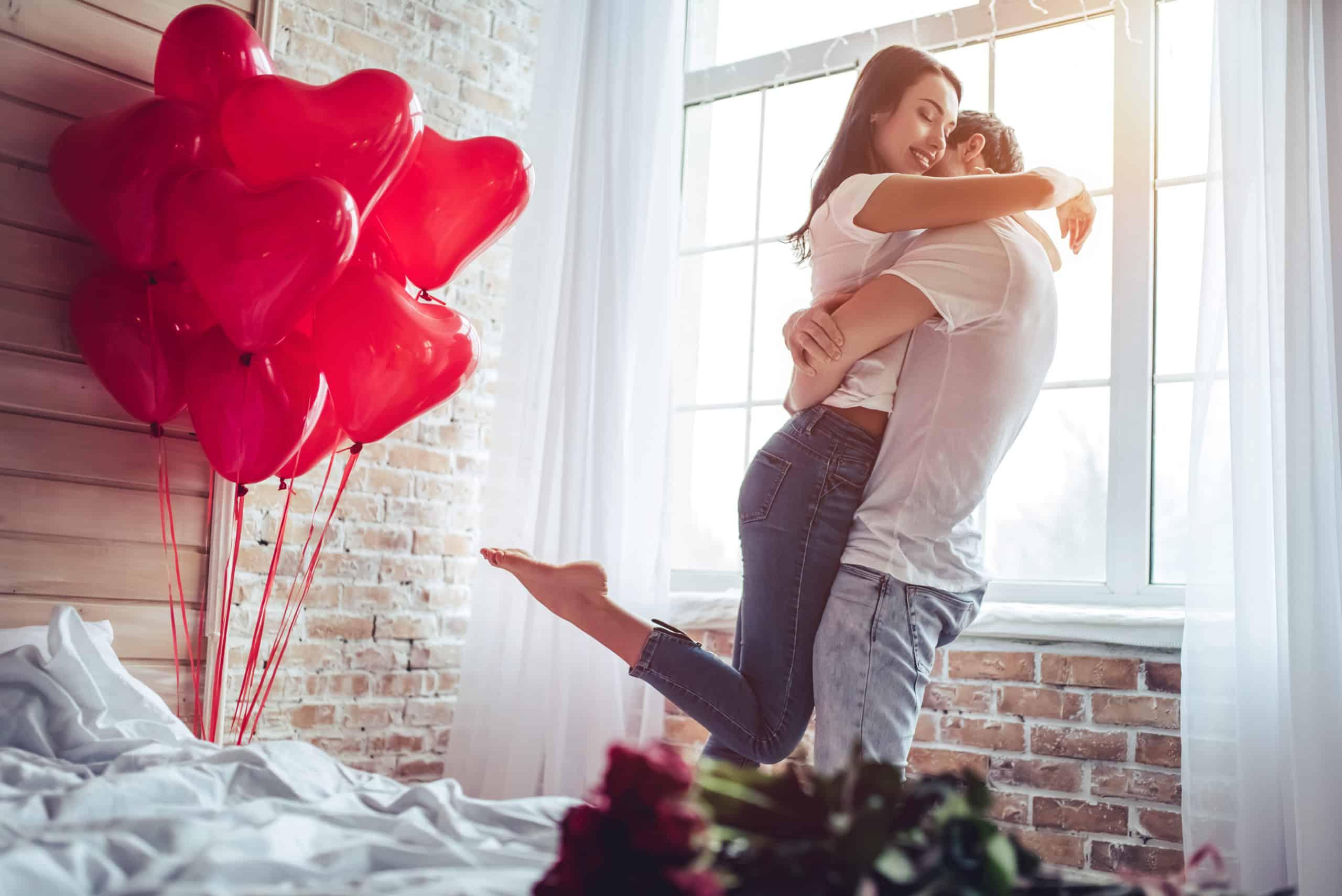 zamilovaný pár v období zamilovanosti pri plánovaní správneho času na svadbu