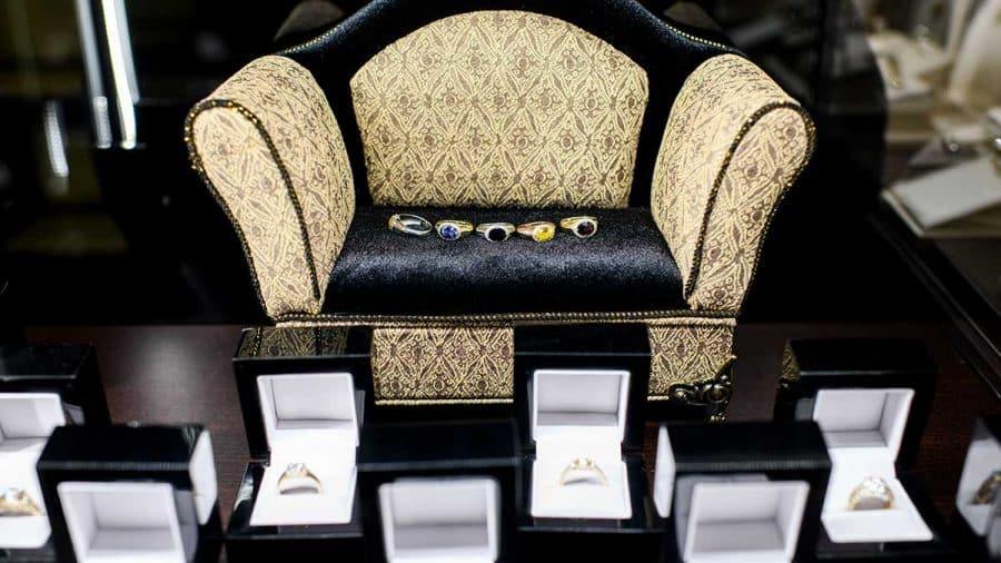 Zásnubné prstene osadené farebnými drahými kameňmi