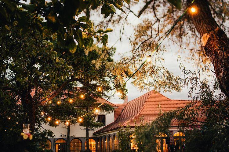 Záhrada Wiegerovej chaty pri svadobnej atmosfére