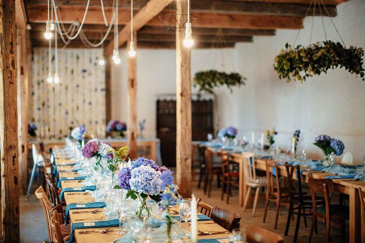 Interiér Zeleného dňa v Bošáci s nachystanými stolmi pre svadobčanov